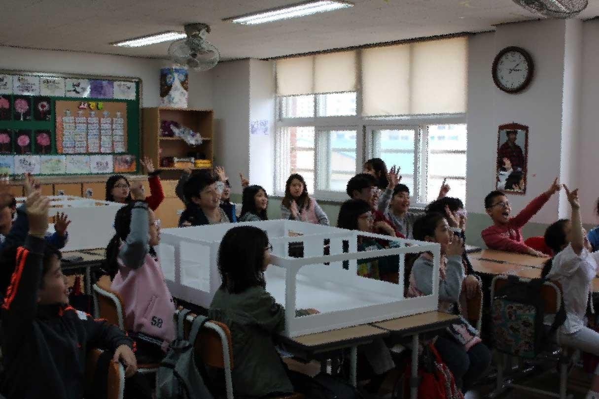 건축가와의 참여수업을 통해 자신의 요구를 표현하는 학생들.jpg