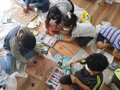 추후 만들어질 공간에 놓일 의자일부를 디자인해서 만드는 학생들.jpg