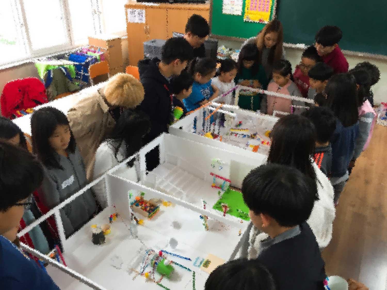 건축가와 참여수업을 통해 자신들이 원하는 공간을 표현하는 학생들.jpg