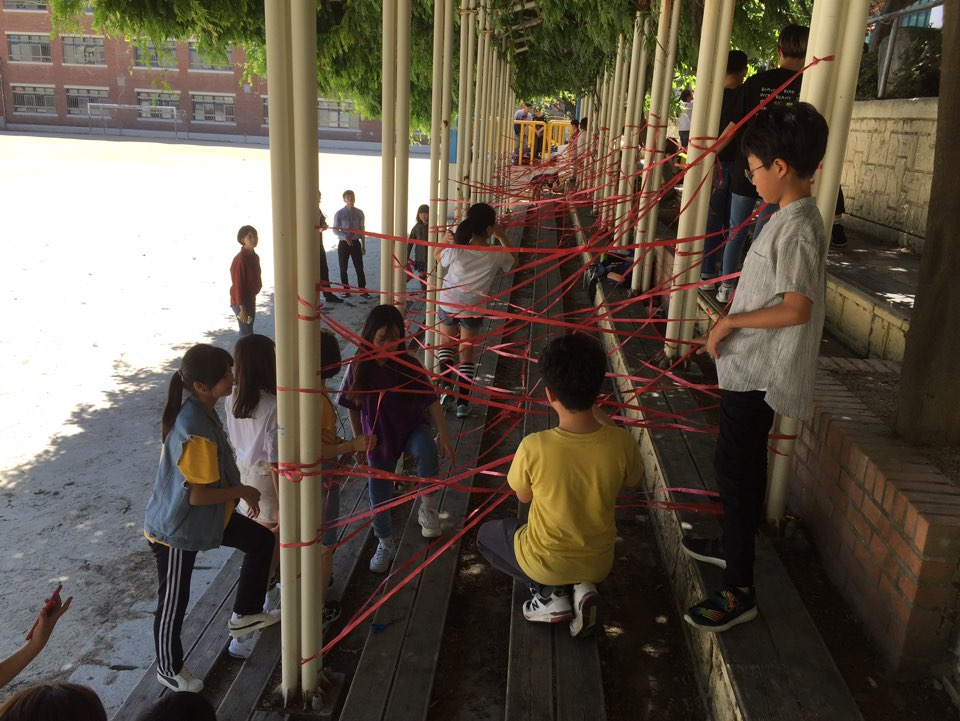 놀이공간을 디자인하는 학생들.jpg